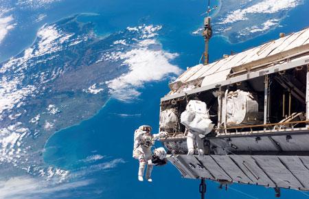 利用伴飞卫星实现对大型空间航天器的近距离观测,这是世界各国发展伴飞卫星时的最初构想。美国已就其技术进行了初步应用验证
