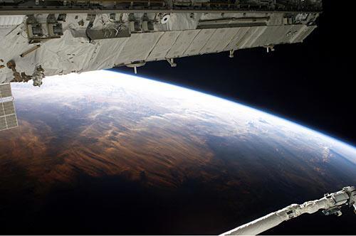 这张8月3日从国际空间站拍摄的照片展示遥远地球的一部分。