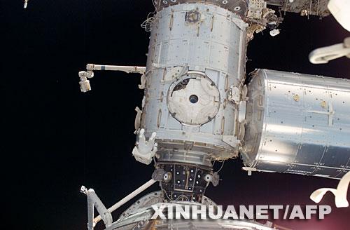 """这张由美国宇航局6月4日提供的照片显示的是,6月3日,美国""""发现""""号航天飞机宇航员罗纳德·加朗在国际空间站上出舱太空行走。"""