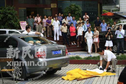四平路上海海事局大厦一男子坠楼身亡 新民网 胡彦询 摄