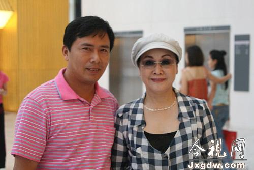 著名歌唱家李谷一与本文作者合影