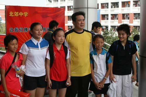 图文:李永波为百校羽球赛颁奖 小球迷很开心