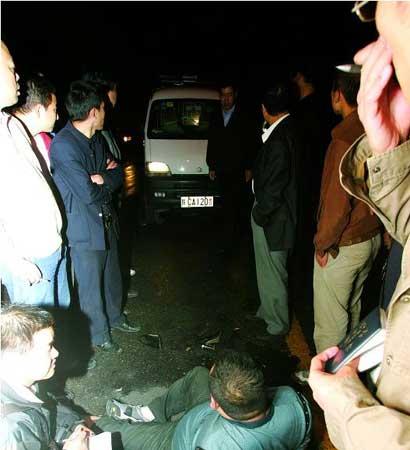 警车装人后司机弃车而去,周围群众很气愤 本报记者 张红平摄