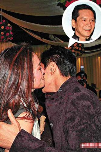 巩俐到场后吸引不少宾客的目光,并风骚吻贺向华强再荣升老板