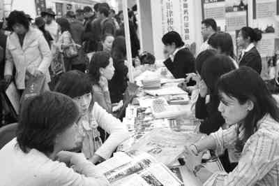 图为在第十三届中国国际教育巡回展上学生在咨询。追影摄 (中新社发)