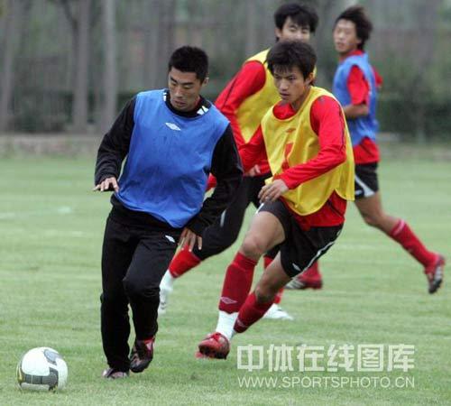图文:[中超]河南备战长春 分组对抗激烈