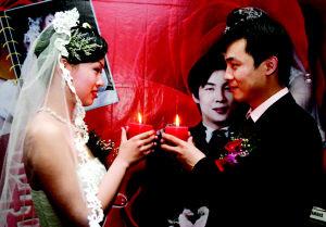 资料图片:2004年5月1日,天津师范大学在校学生王洋(左)公开举办了婚礼 图片来源:每日新报