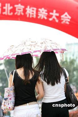 """2007年农历七夕到来之际,""""北京相亲大会""""在北京国际雕塑公园举办。活动现场特别设置了父母操心专场、成熟魅力专场、硕博专场、70专场、80专场、海归专场等分区。中新社发 鲁谷 摄"""