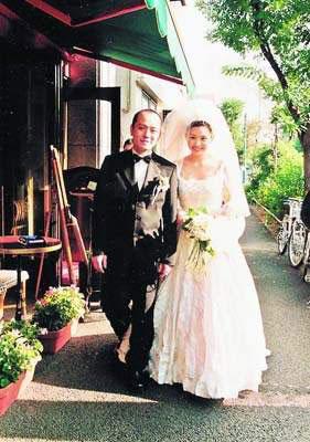 沈嘉伟与邱淑贞1999年在日本举行了盛大豪华的婚礼。