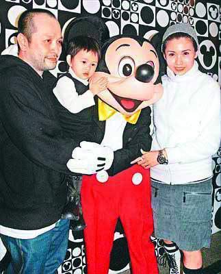 2000年,邱淑贞诞下女儿沈月(中),去年她再为沈家添一千金,一家四口其乐融融。