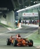 图文:新加坡站第一次练习 莱科宁小心驾驶