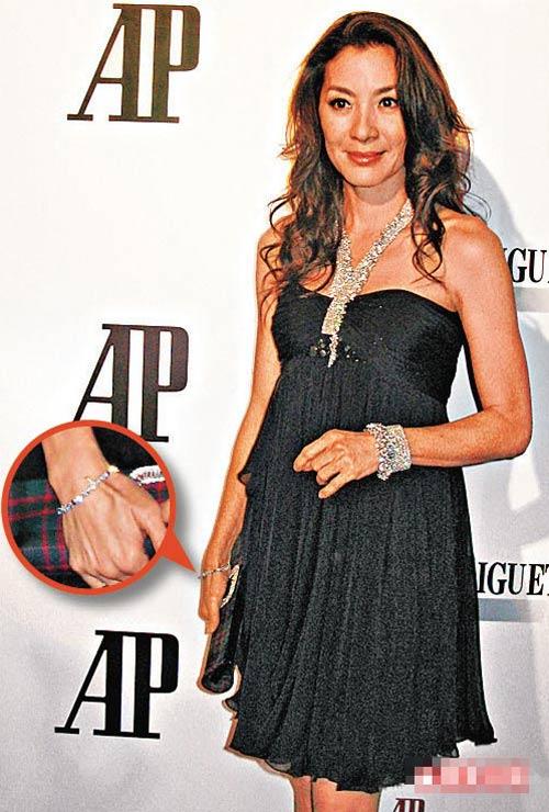 杨紫琼入场时,右手仍戴一条钻石手链