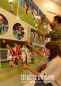 图文:秦皇岛举办奥运足球图片展 仔细组合排列