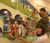 图文:秦皇岛举办奥运足球图片展 笑颜如花