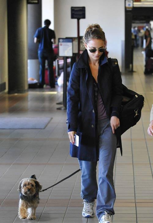 娜塔莉-波特曼拎着行李、牵着宠物狗现身洛杉矶机场