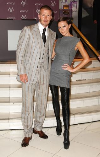 夫妻二人一身淡雅的装束