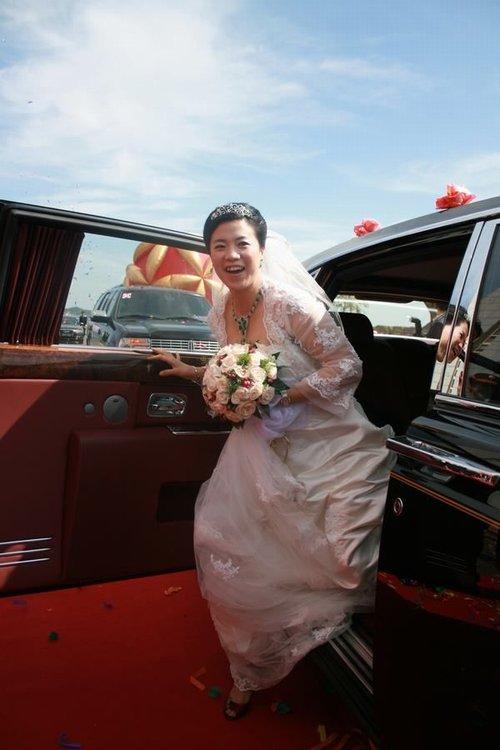 王楠从婚车上走下