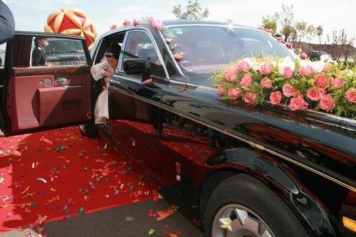 豪华的婚车上装点着美满的玫瑰