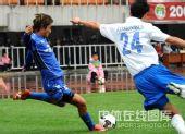 图文:[中超]陕西1-1广州 李毅准备起球