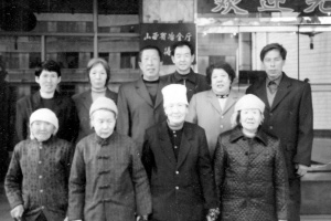 20多年来,张双兵(后排右一)一直强烈地关注着这些受害老人(前排四人)的命运。