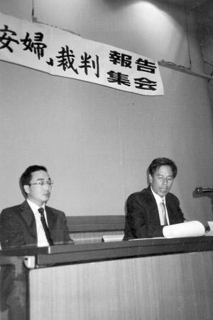 二OO四年六月,张双兵(右一)在日本报告集会上,控诉侵华日军暴行。