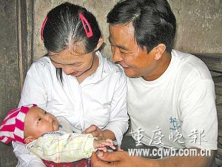 看着儿子,夫妻俩开心地笑了。