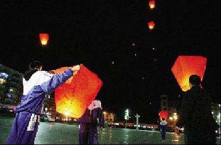 翟志刚母校——龙江二中的学生为翟志刚放飞孔明灯祈福 摄/特派龙江记者陈昆