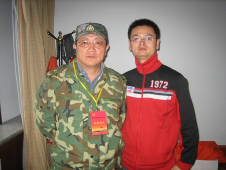 记者与神七着陆场系统总设计师、解放军306医院院长邹德威少将合影。