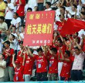 图文:[中超]深圳VS天津 球迷向航天员致敬