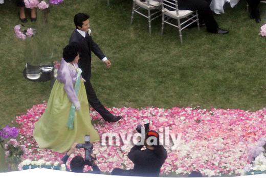 图:权相佑婚礼现场 与母亲走过铺满鲜花的通道