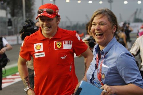 图文:F1新加坡站正赛 莱科宁逗乐女员工