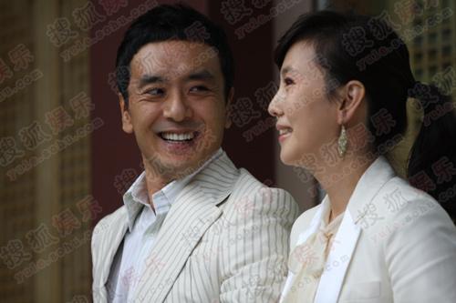 独家:搜狐韩国直击权相佑婚礼-  金承佑看着金南珠