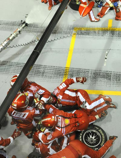图文:F1新加坡站正赛 法拉利工作人员很狼狈