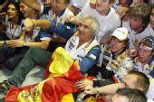 图文:F1新加坡站正赛 阿隆索与车队大合影