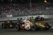 图文:F1新加坡站正赛 阿隆索在比赛中
