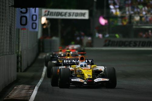 图文:F1新加坡站正赛 阿隆索成为领跑者