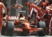 图文:F1新加坡站正赛 马萨加油换胎特写