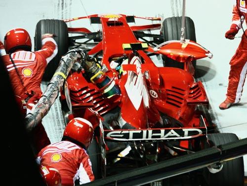 图文:F1新加坡站正赛 马萨维修站加油很急