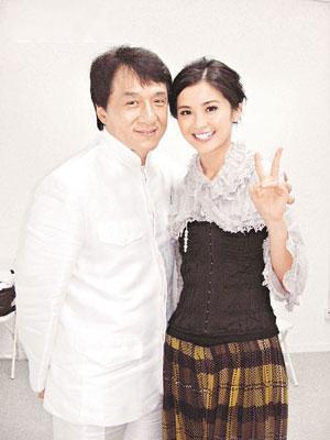 阿Sa和成龙出席在北京举行的答谢晚会。