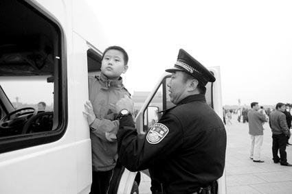 9岁的杨泽前在警方的帮助下寻找走散的家人