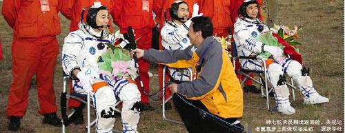 神七航天员返回祖国刚出舱接受了他的专访报道了六次飞天央视记者冀惠彦