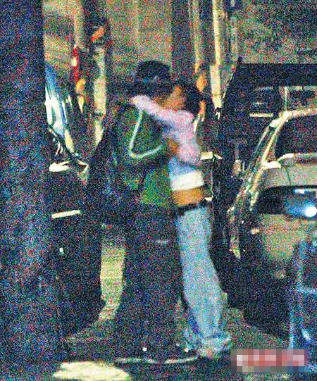 他4年前被拍到与女宣传Maggie酒后当街拥吻