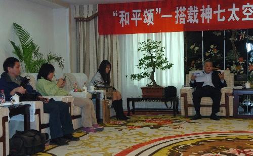 9月30日,中国国际书画艺术研究会副会长赵树栋(右一)在介绍活动情况。