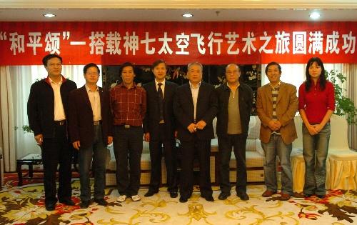 9月30日,主办方工作人员和部分搭载书画篆刻作品的作者合影。