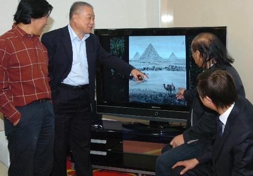 9月30日,艺术家在介绍搭载书画作品照片。