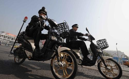 9月30日,民警骑电动自行车在北京西单地区巡逻.新华社记者 李文摄图片