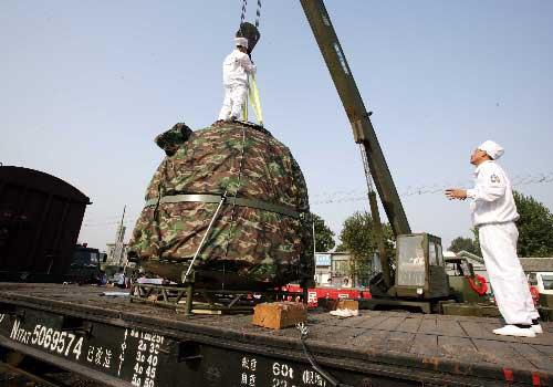 9月30日,神舟七号飞船返回舱运抵北京昌平火车站,主着陆场正式向飞船研制单位中国空间技术研究院交接返回舱。 新华社记者 查春明 摄