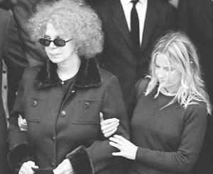 第二任丈夫去世时,阿尔巴女公爵(左)在女儿搀扶下参加葬礼