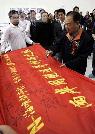 中国载人航天工程副总指挥张建启为本报此次活动签名