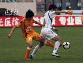 图文:[中超]青岛0-1天津 推我干吗?我不给你